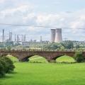 Chemiepark Leuna von Bad Dürrenberg aus gesehen, im Vordergrund die Saalebrücke der Bahnstrecke Leipzig Hbf-Weißenfels